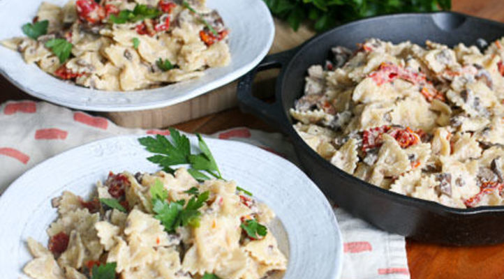 Bowties and Cream Sauce with Sun-Dried Tomatoes and Mushrooms